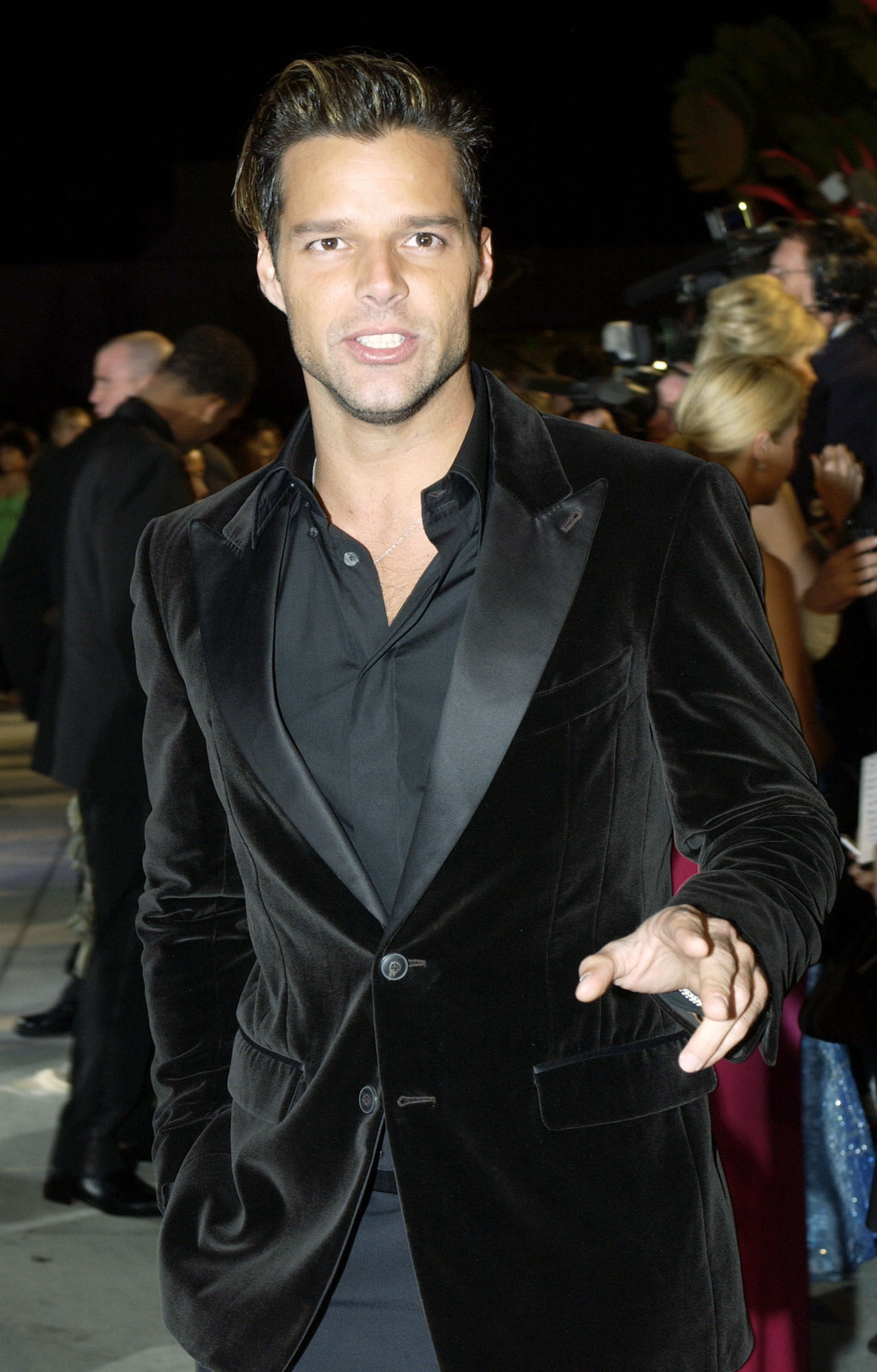 """A tono con las tendencias del momento, el astro boricua seleccionó una chaqueta de terciopelo para asistir a la fiesta """"post-Oscar"""" que anualmente ofrece la revista """"Vanity Fair"""". La foto fue tomada en febrero de 2004. (Archivo)"""