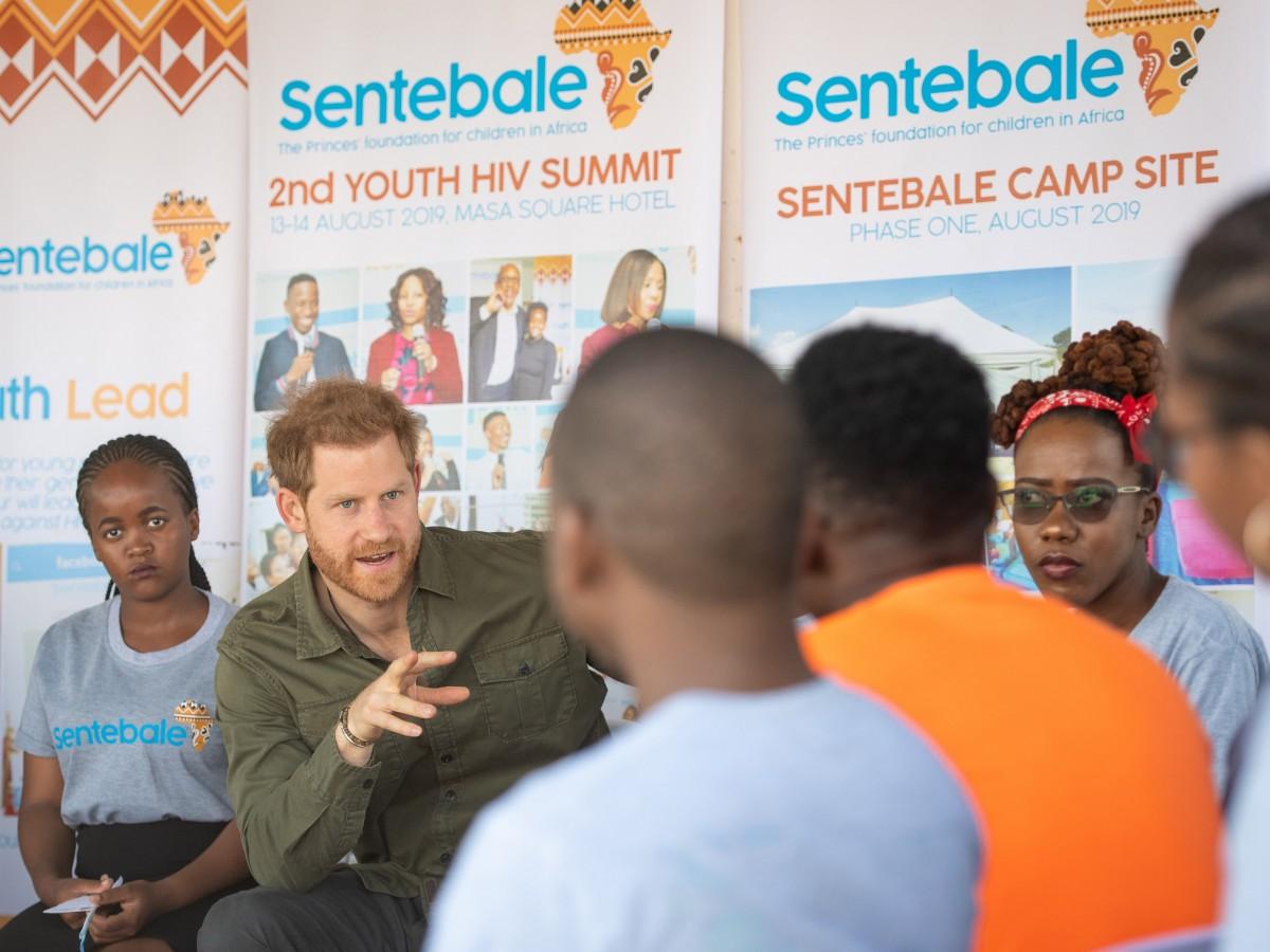El príncipe Harry inicia su viaje en solitario a Botsuana, Angola y Malaui