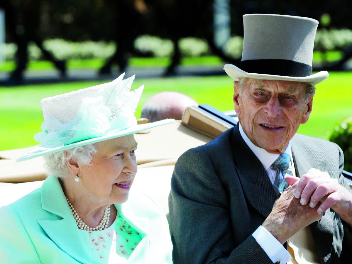 La reina Elizabeth II y su esposo ya fueron vacunados
