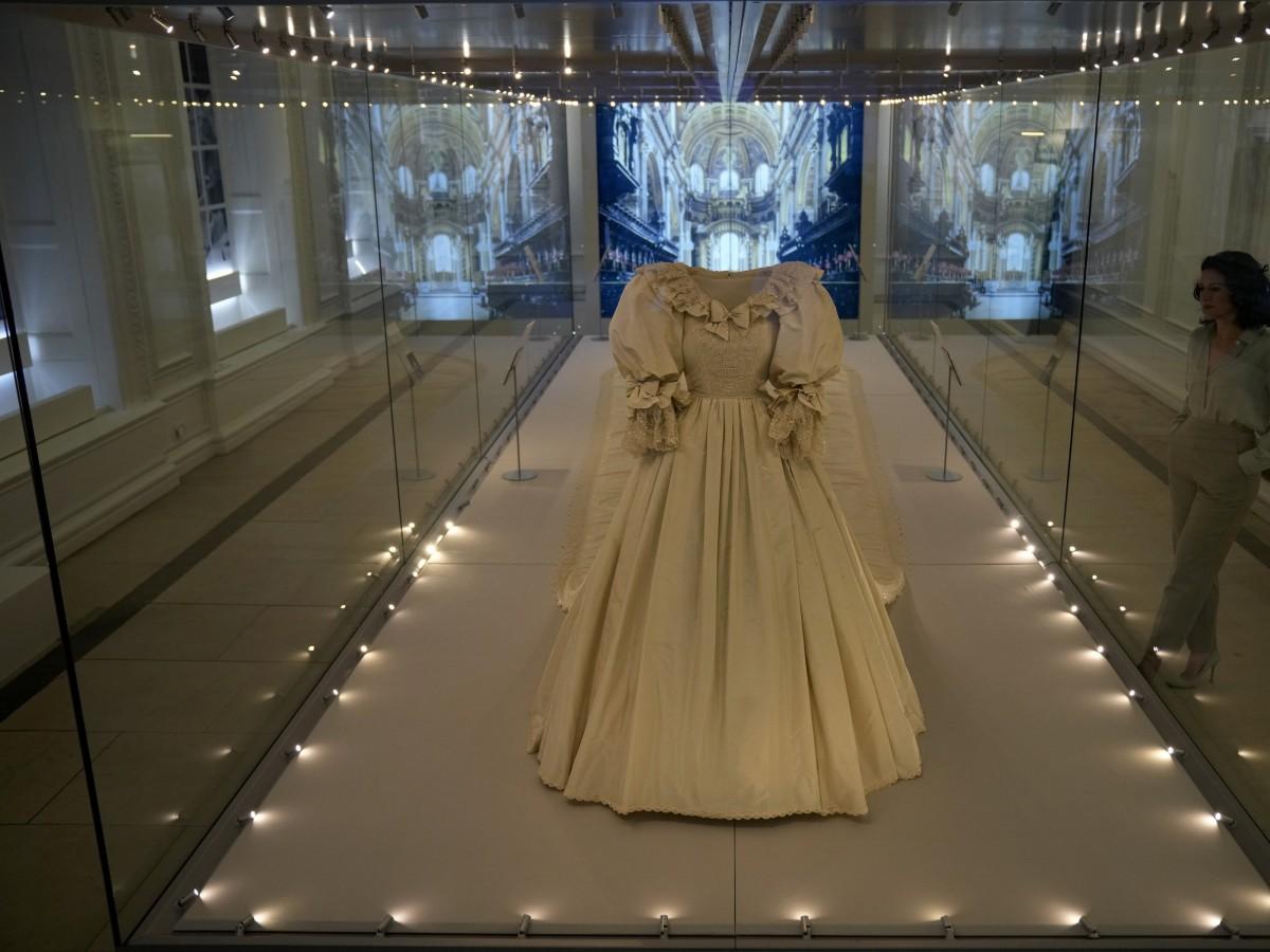 El vestido de novia de la princesa Diana se exhibe en Londres
