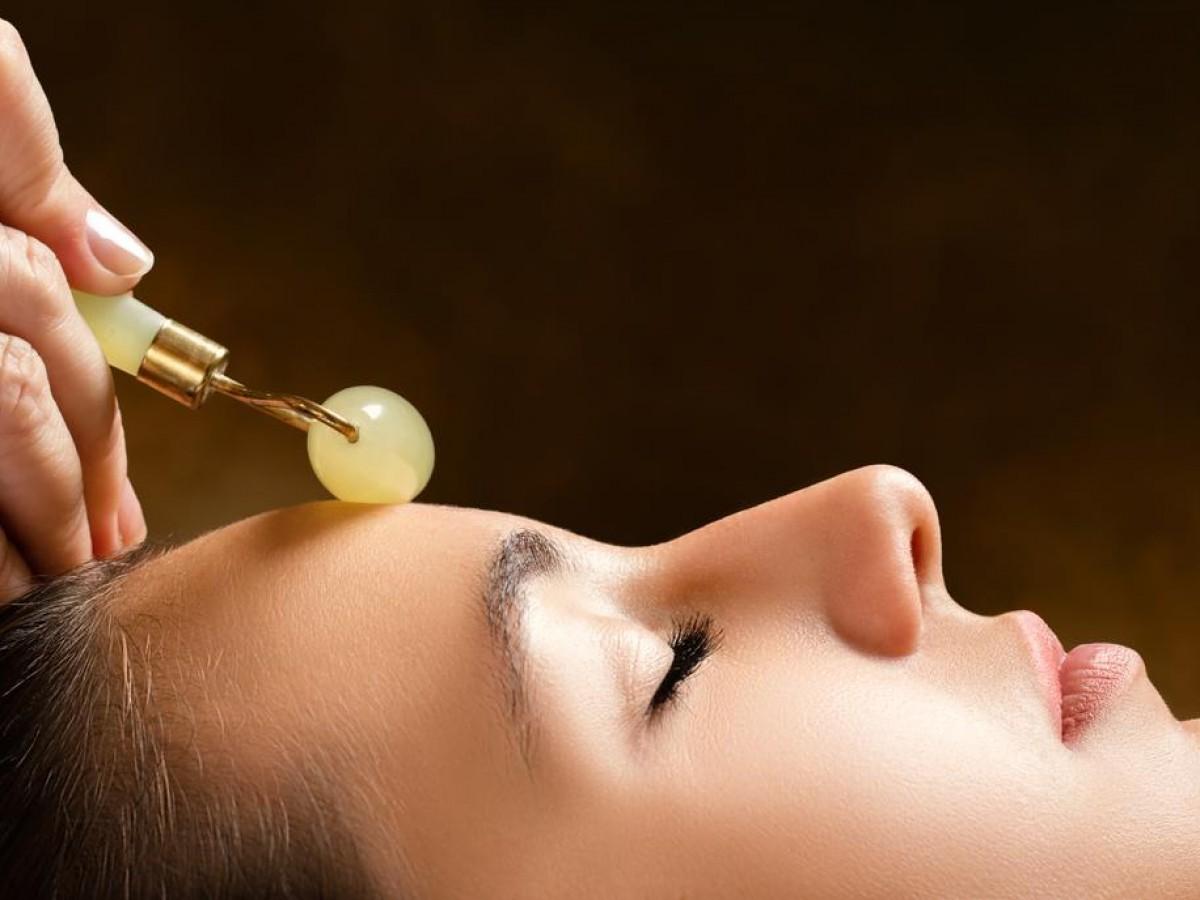 Cómo usar correctamente el rodillo de jade para combatir arrugas