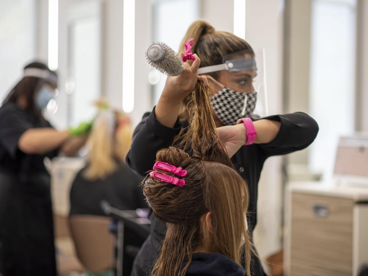 Con estrictos protocolos de seguridad reabren los salones de belleza