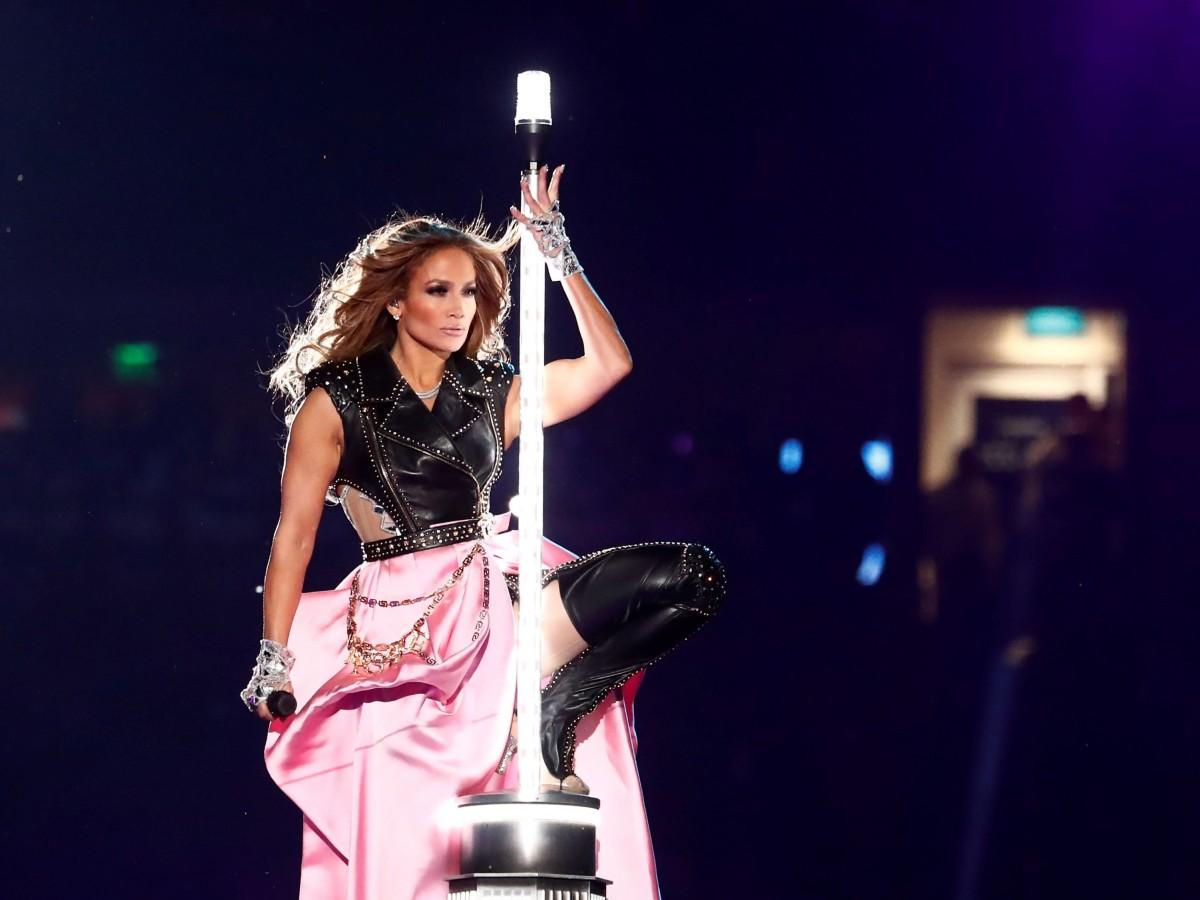 Así fue que se elaboró el vestuario Versace que Jennifer López lució en el Super Bowl