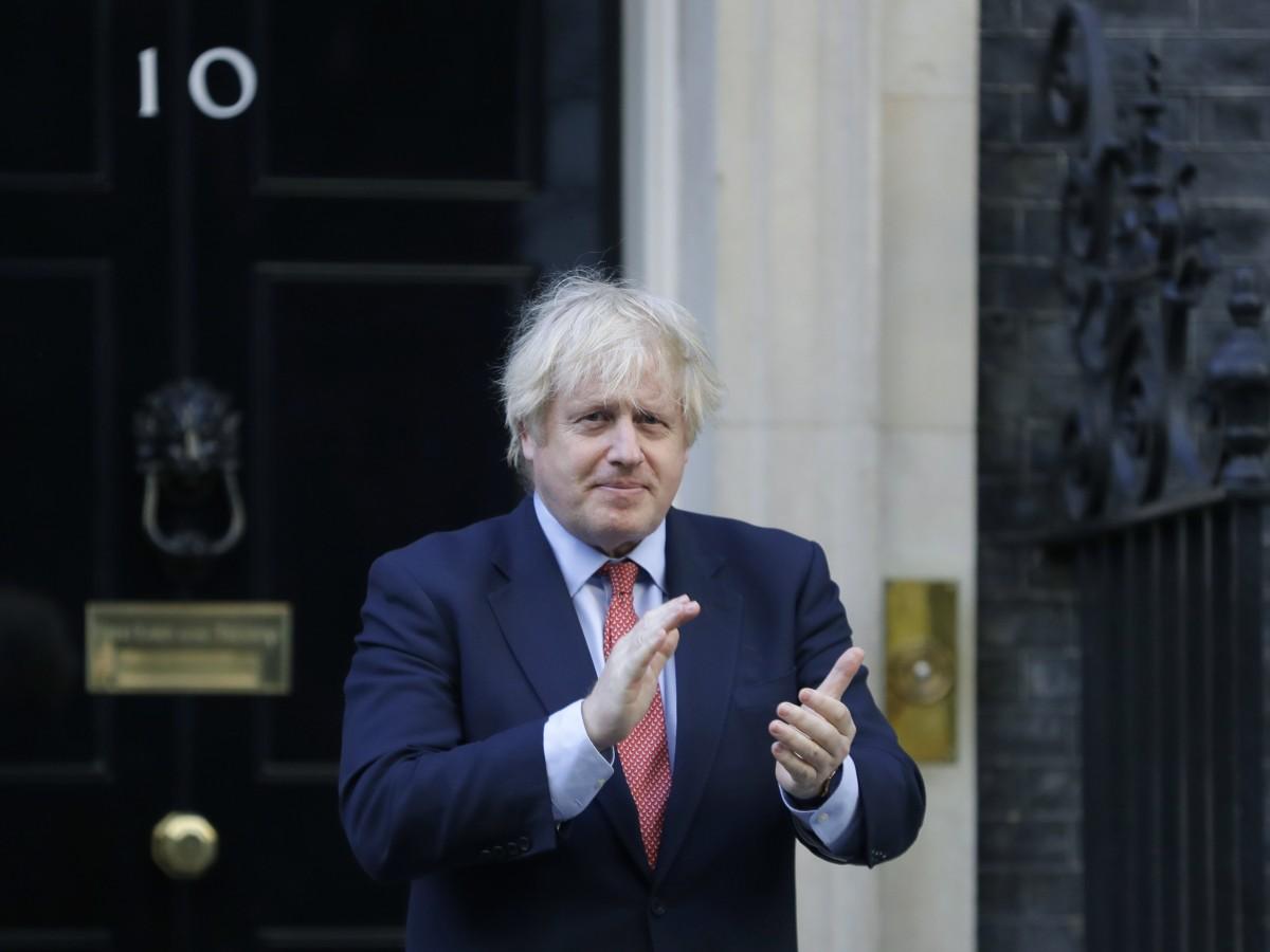 Captan a Boris Johnson haciendo ejercicios en el jardín de la reina Elizabeth II
