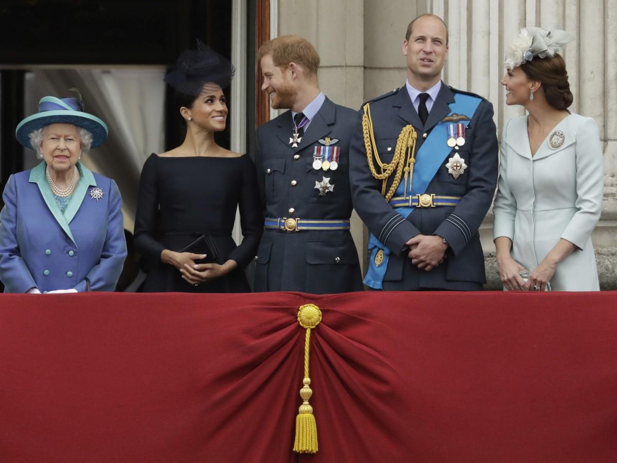 """La """"cúpula"""" de la monarquía británica debate el futuro de Harry y Meghan"""