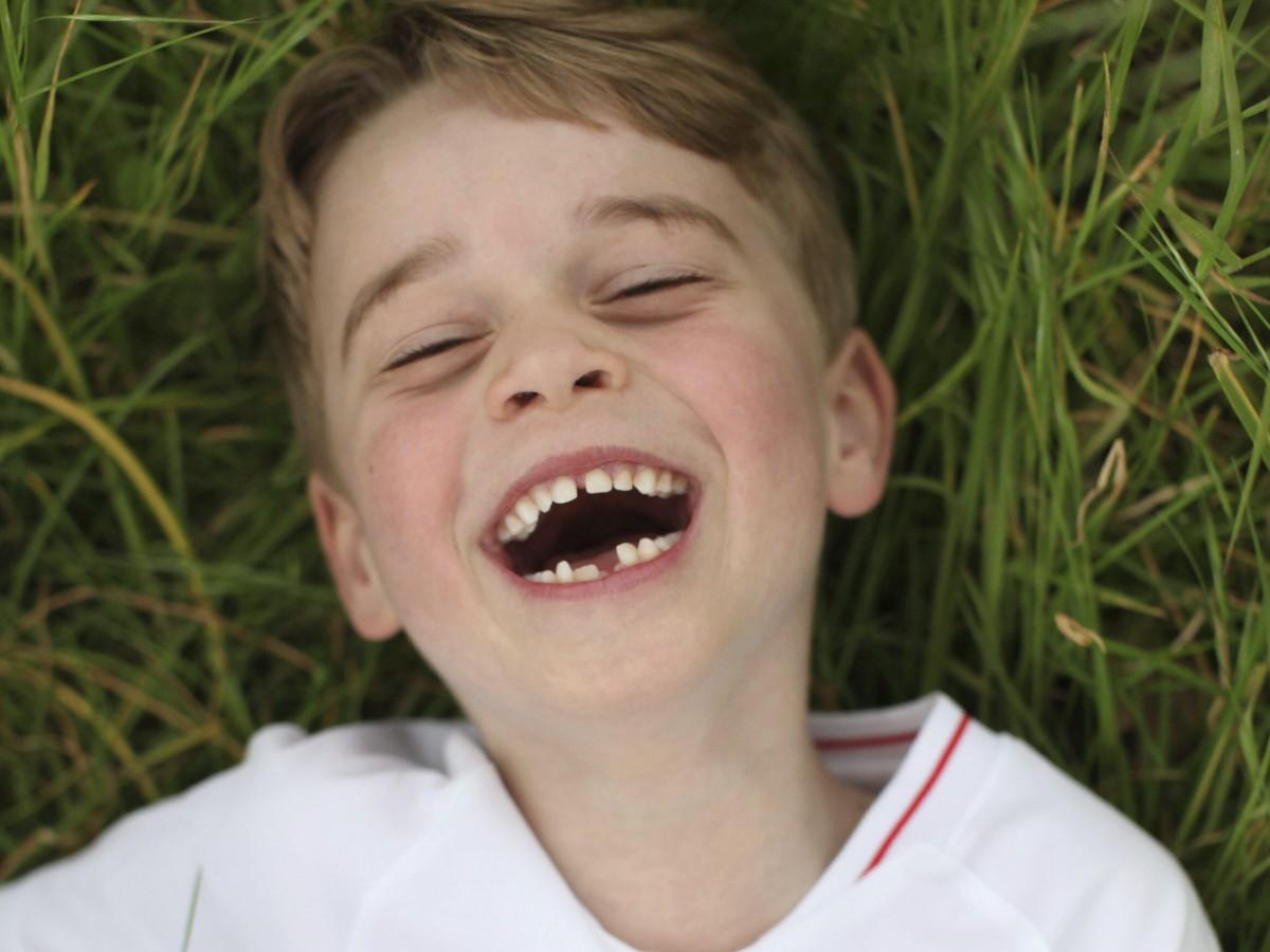 Con una hermosa sonrisa, el príncipe George celebra su cumpleaños