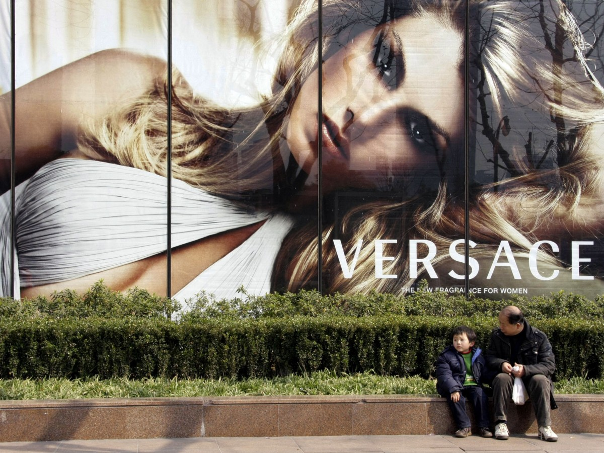 Versace retira camisas en China por confundir ciudades