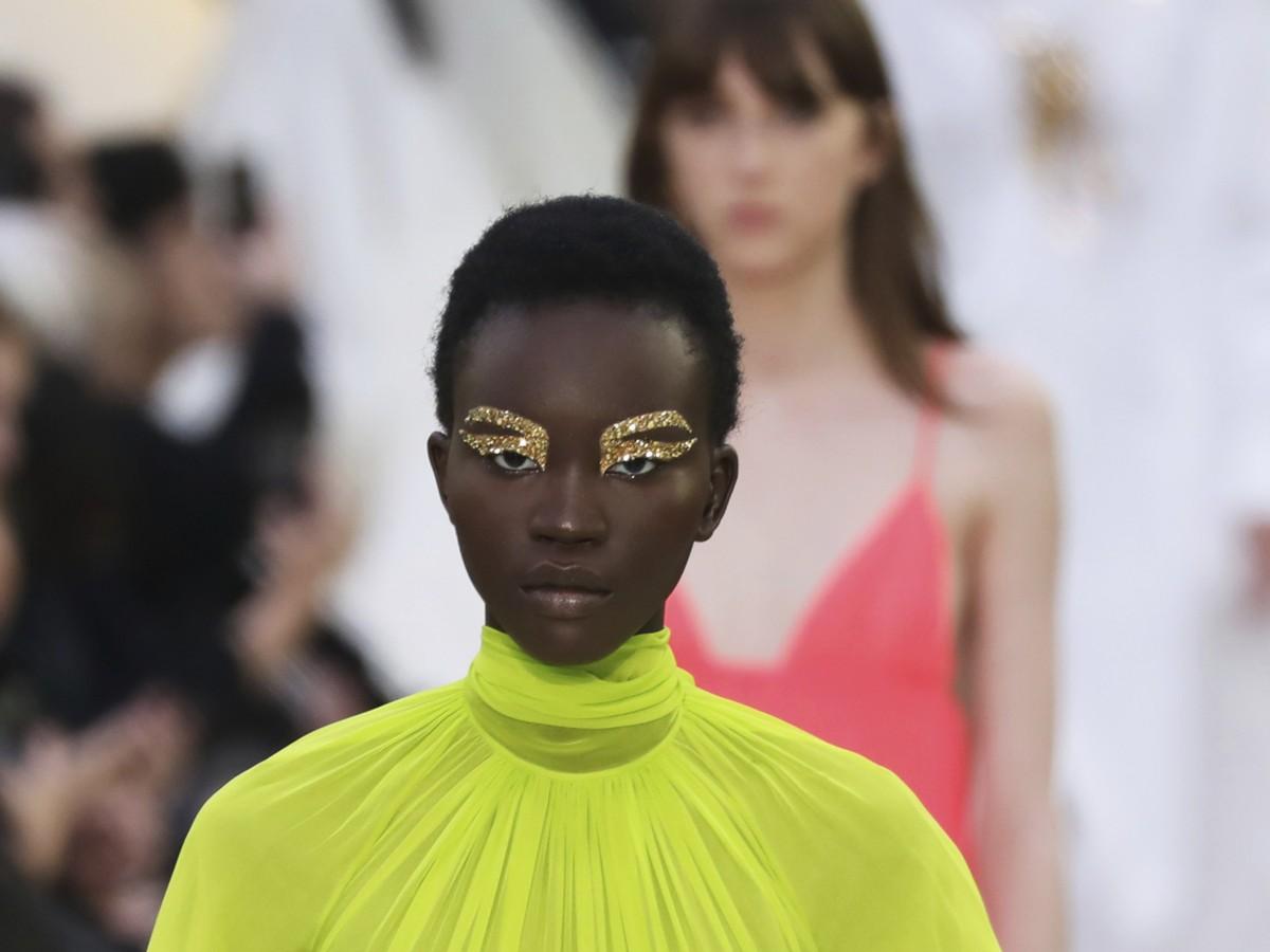 Valentino presenta pura simplicidad en la Semana de la Moda de París