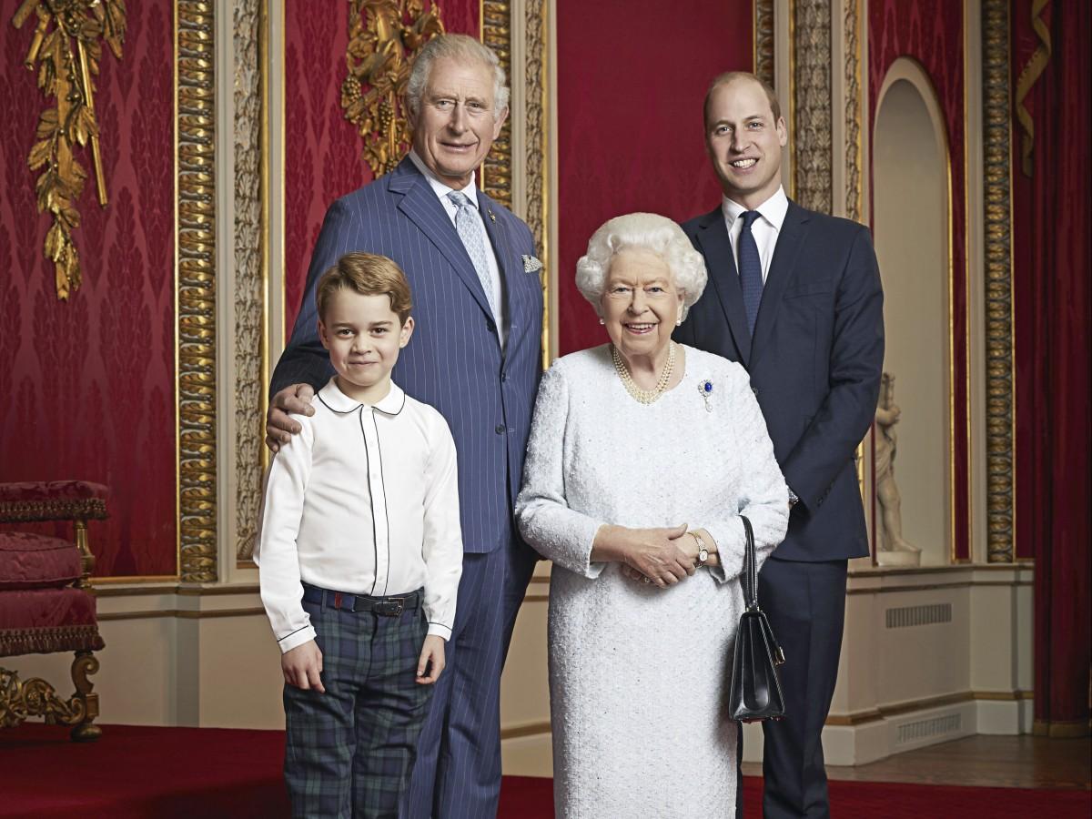 La reina Elizabeth II publica una fotografía con los herederos al trono