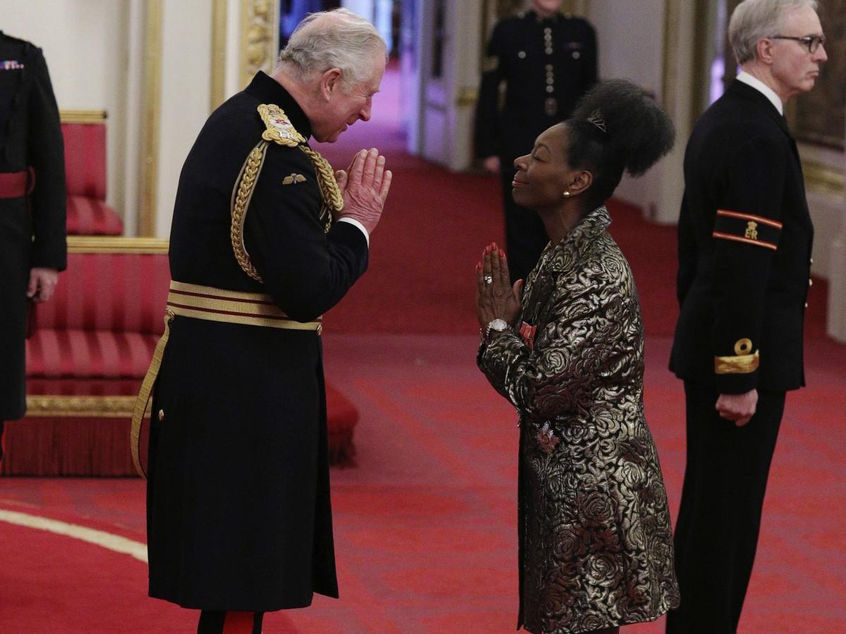 La familia real británica hace ajustes en su itinerario y en la manera de saludar