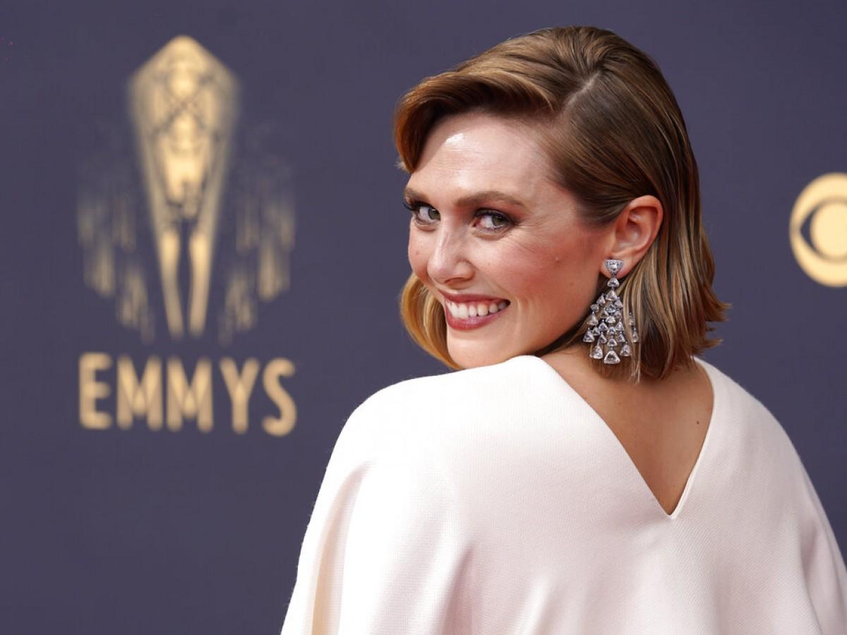 Elizabeth Olsen deslumbró en los Emmy con un vestido diseñado por sus hermanas Mary Kate y Ashley