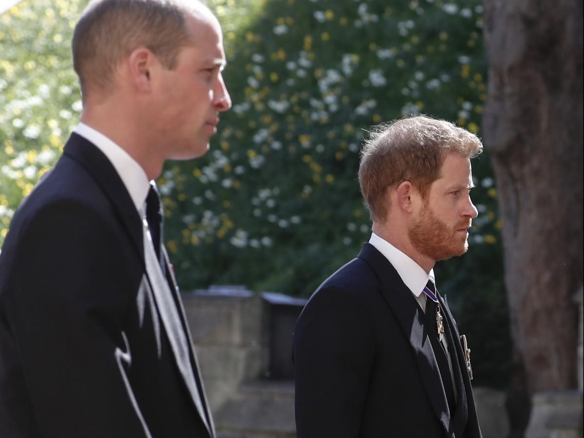 Los príncipes William y Harry caminan juntos a la salida del funeral de su abuelo