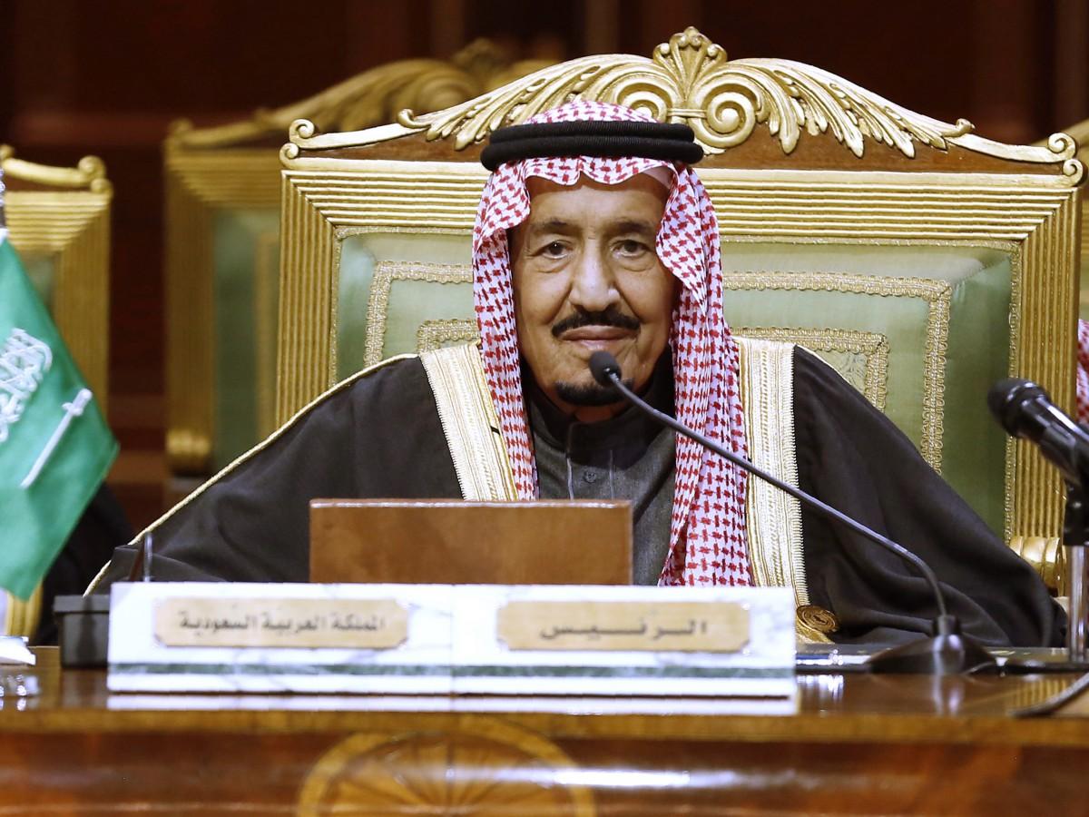 Operan al rey saudí de la vesícula biliar