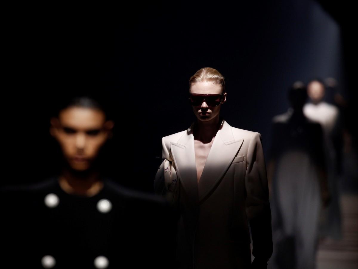 Arte y sastrería dialogan en la pasarela con un elegante Givenchy