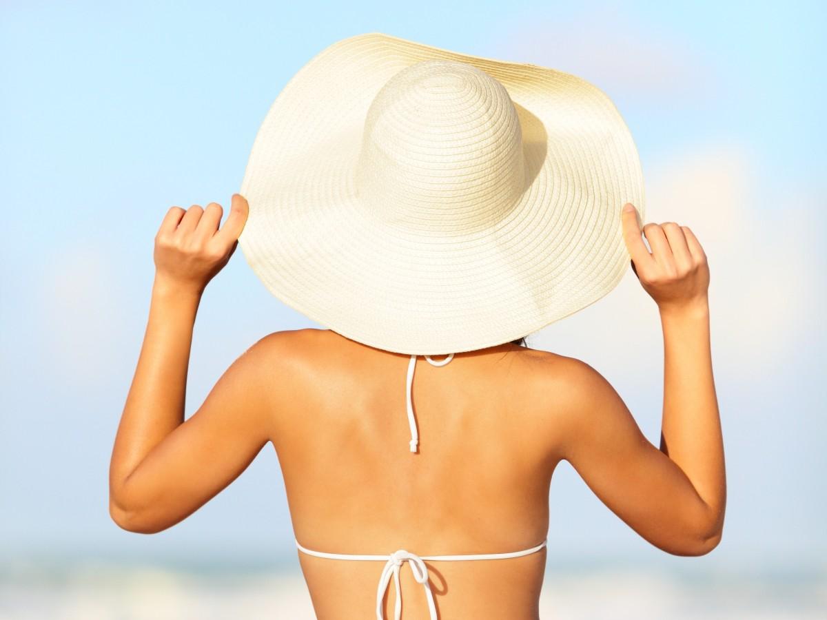 Errores que atentan contra la belleza de tu piel y tu cabello cuando disfrutas bajo el sol