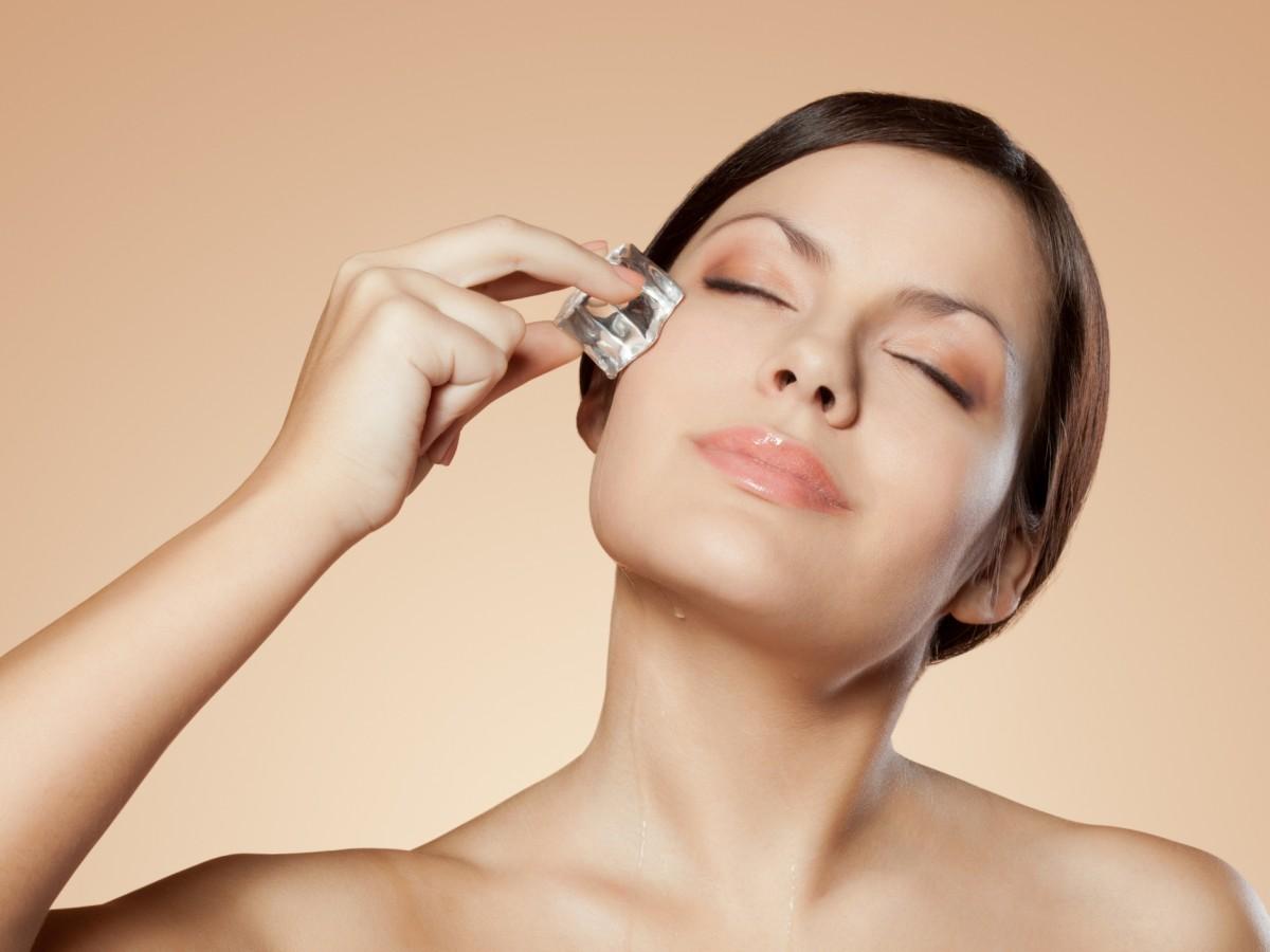 Cinco beneficios de aplicar hielo en tu cara