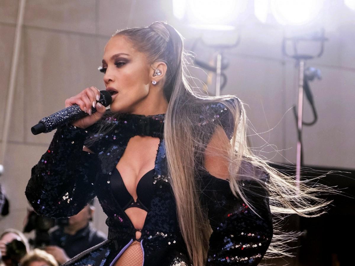 """Jennifer Lopez renovó su """"look"""" con un original peinado que cautivó a sus fans"""