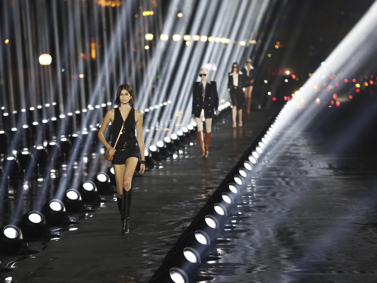 El color negro predomina en la pasarela de Saint Laurent