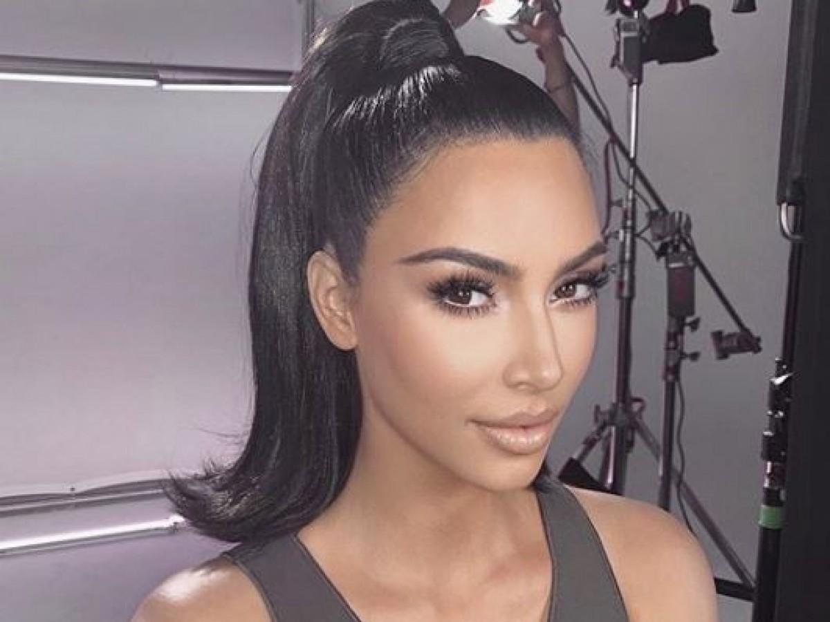 Kim Kardashian muestra un revolucionario estampado de serpiente en su cabello
