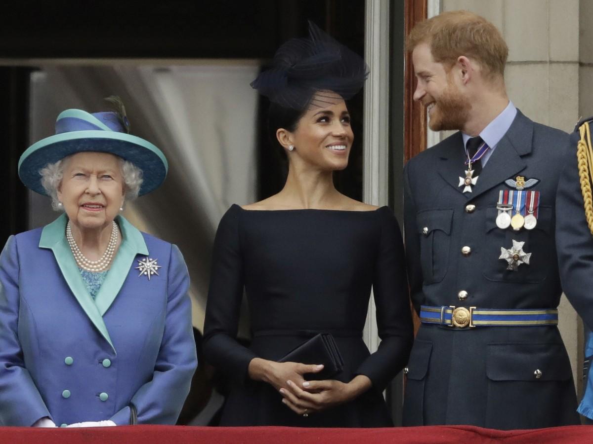 """La reina Elizabeth II está """"disgustada"""" con Harry y Meghan"""