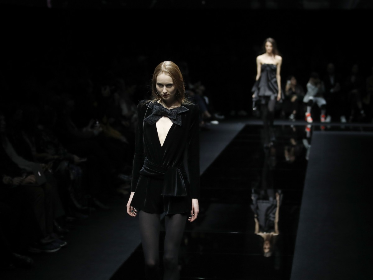 Emporio Armani conquista Milán con seda y terciopelo negro