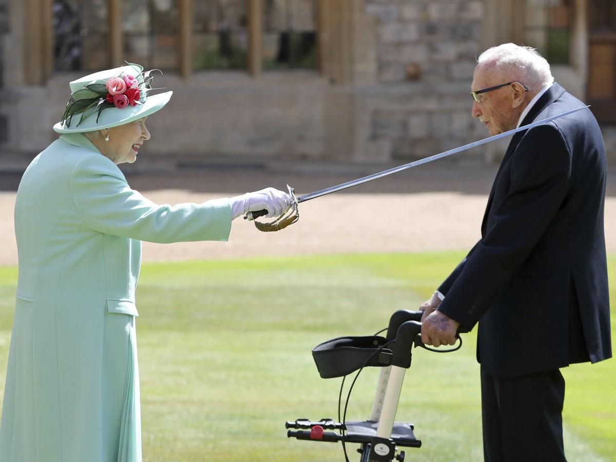 Reina Elizabeth II se va de matrimonio de su nieta para nombrar un caballero de 100 años