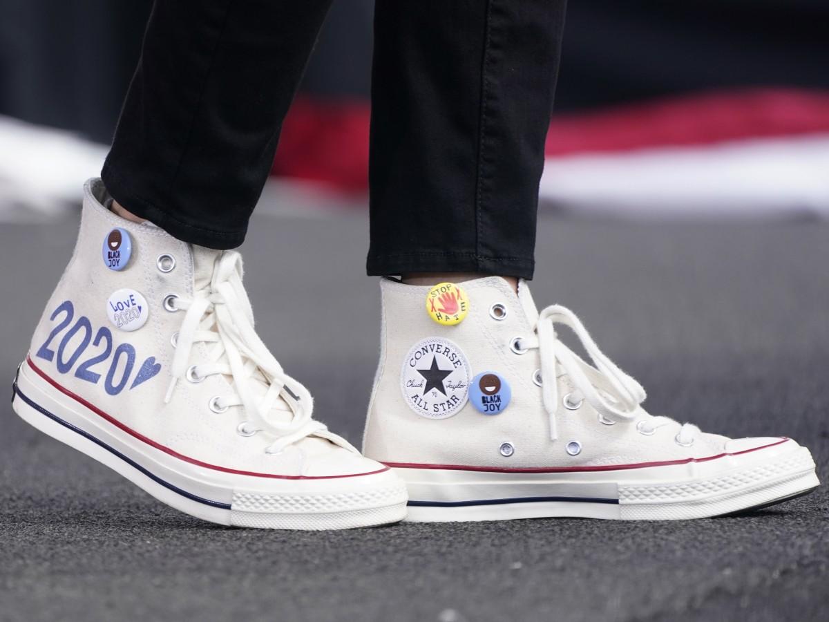 Kamala Harris llama la atención por su calzado cómodo y personalizado