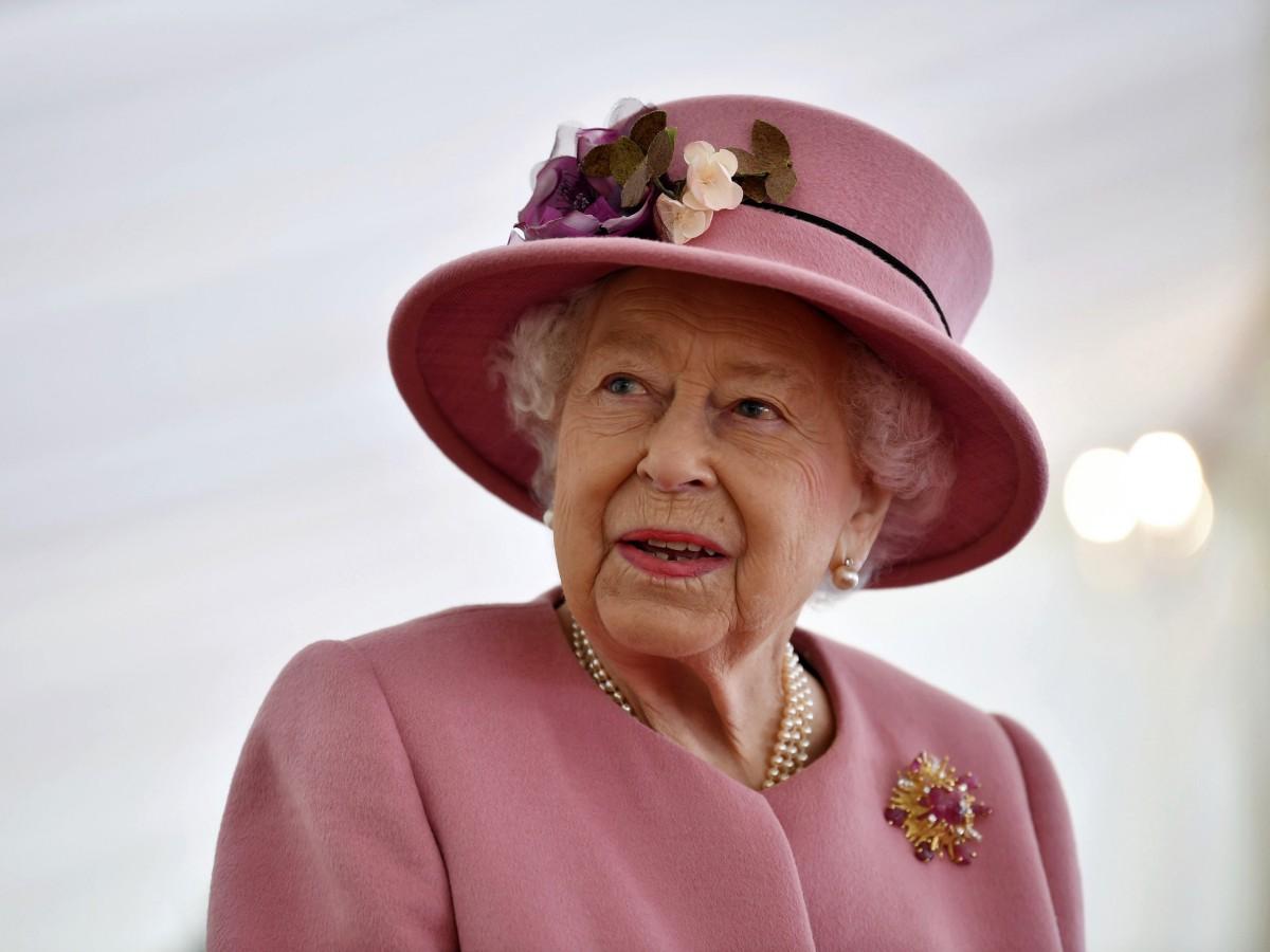 Elizabeth II: la vacuna es rápida, indolora y ayuda a otros