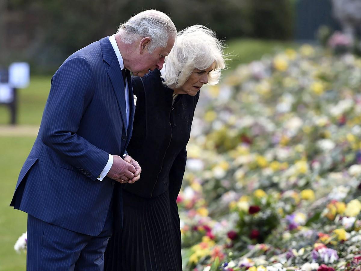 Charles y Camila contemplan los tributos florales de los ciudadanos al duque de Edimburgo