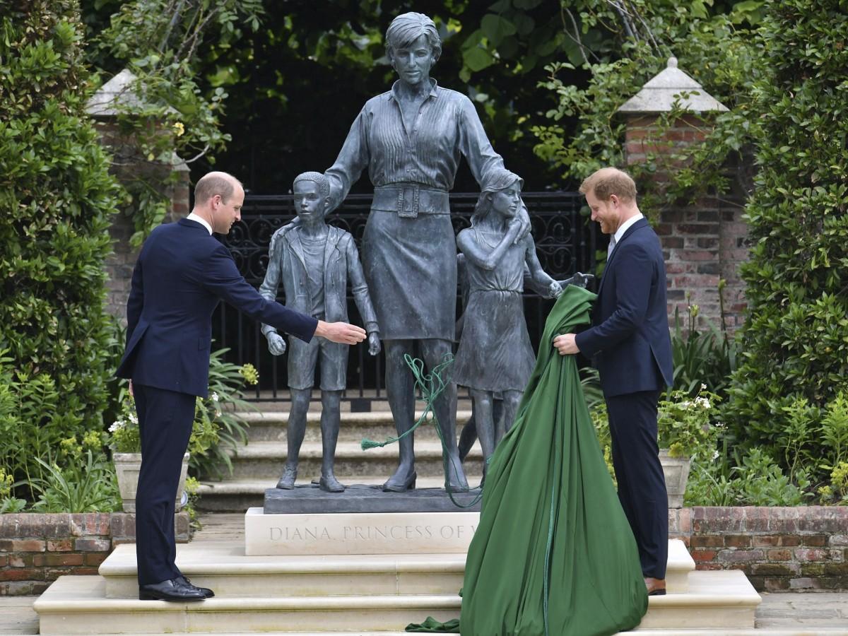 William y Harry develan estatua de la princesa Diana