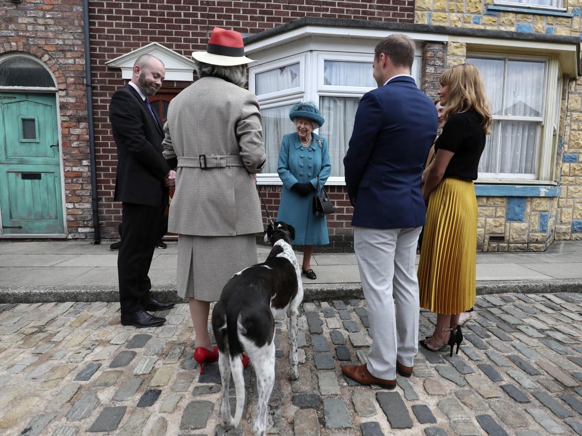 "La reina Elizabeth II visita el set de ""Coronation Street"""