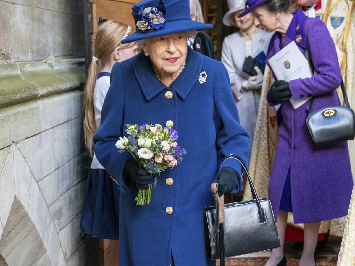La reina Elizabeth II usa bastón en la Abadía de Westminster