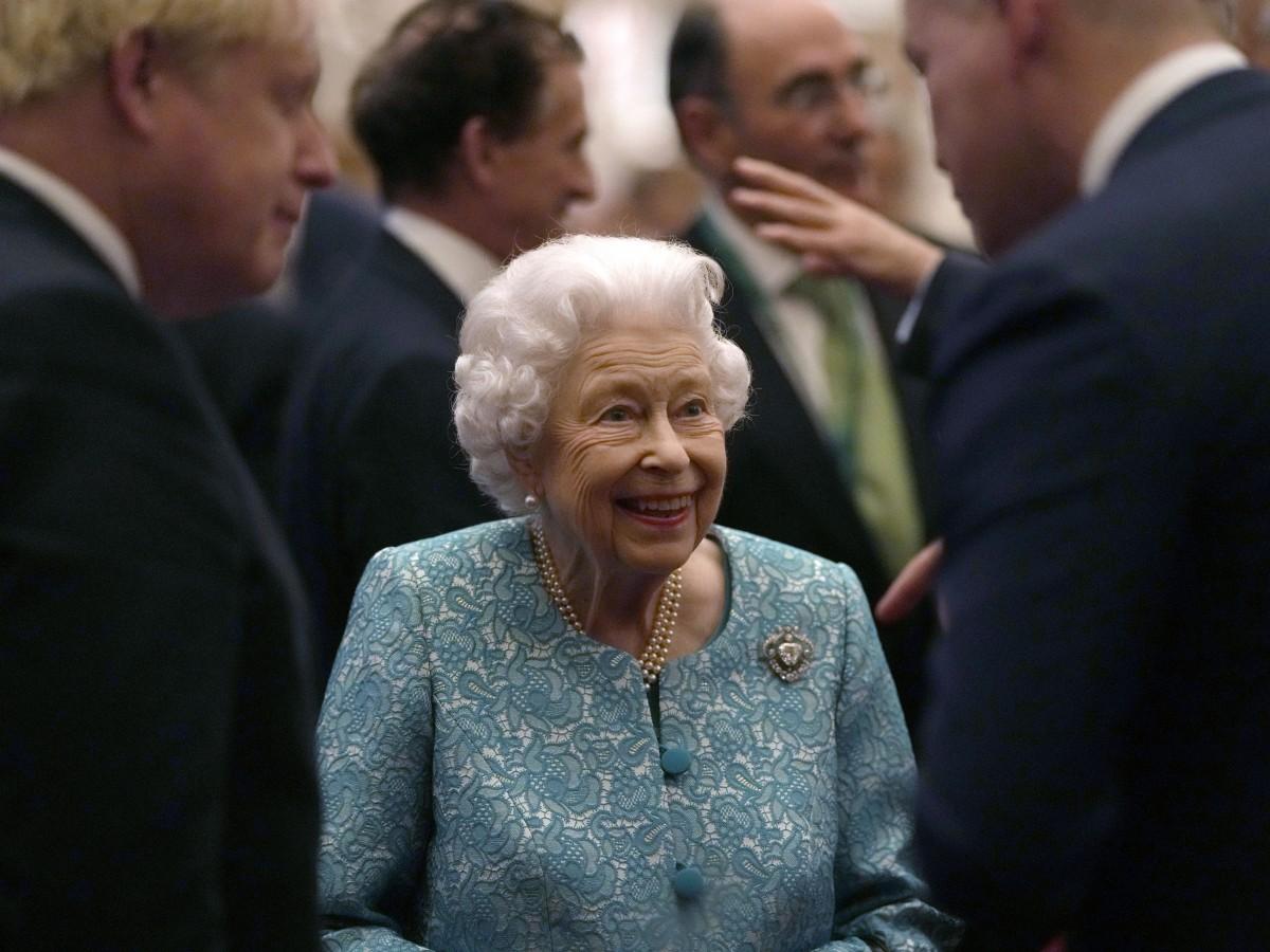 La reina Elizabeth II pasa una noche en el hospital