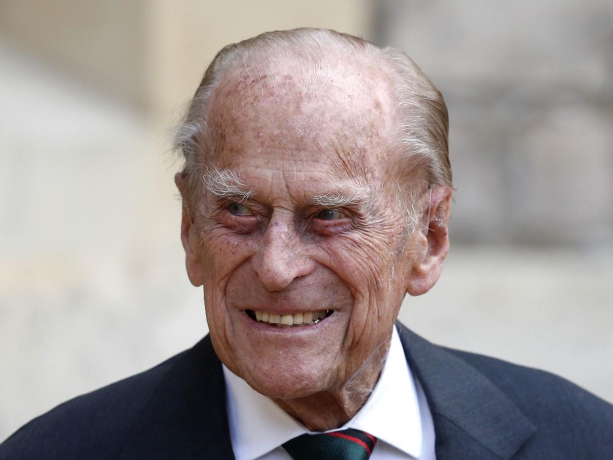 Trasladan al duque de Edimburgo de hospital mientras continúa respondiendo al tratamiento