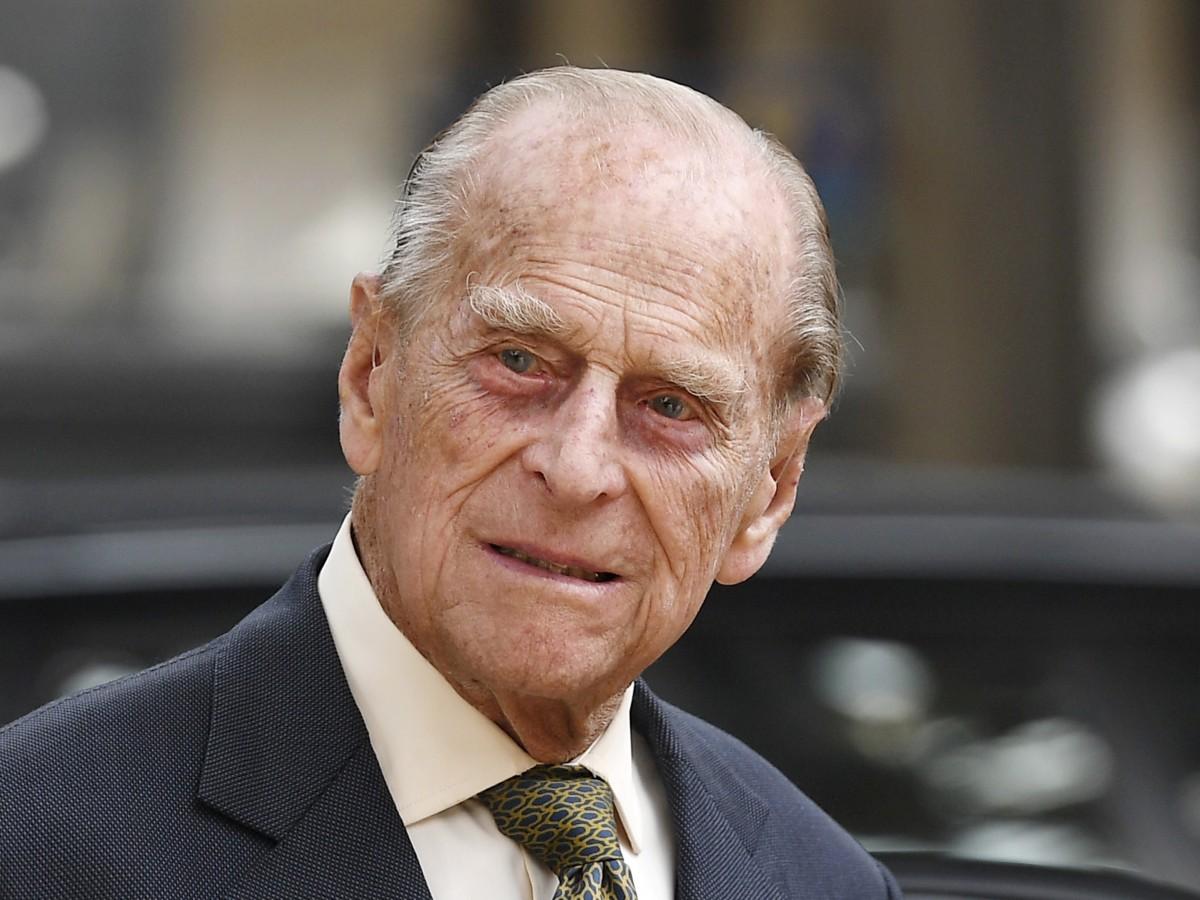 """El príncipe Philip """"mejora ligeramente"""" y la familia real """"cruza los dedos"""""""