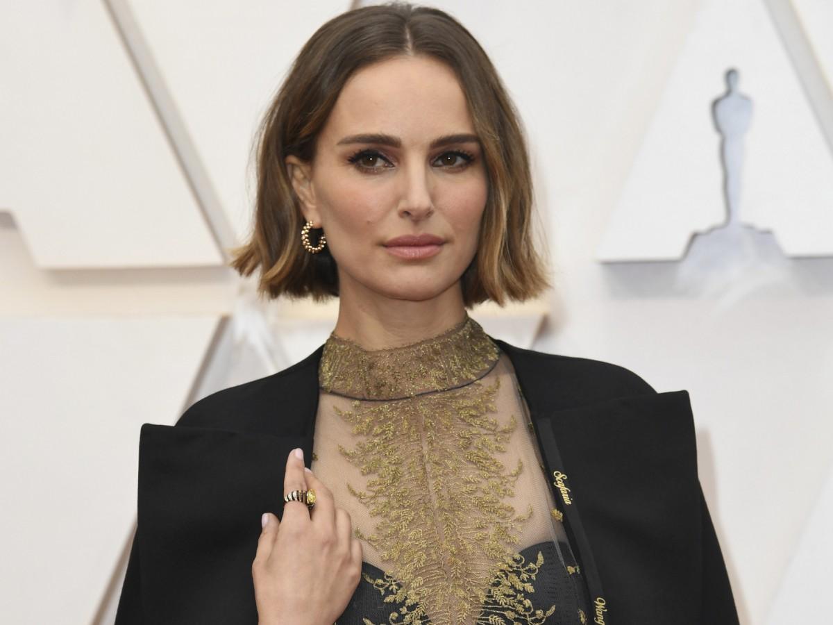 El mensaje oculto en la capa que Natalie Portman usó en los premios Oscar