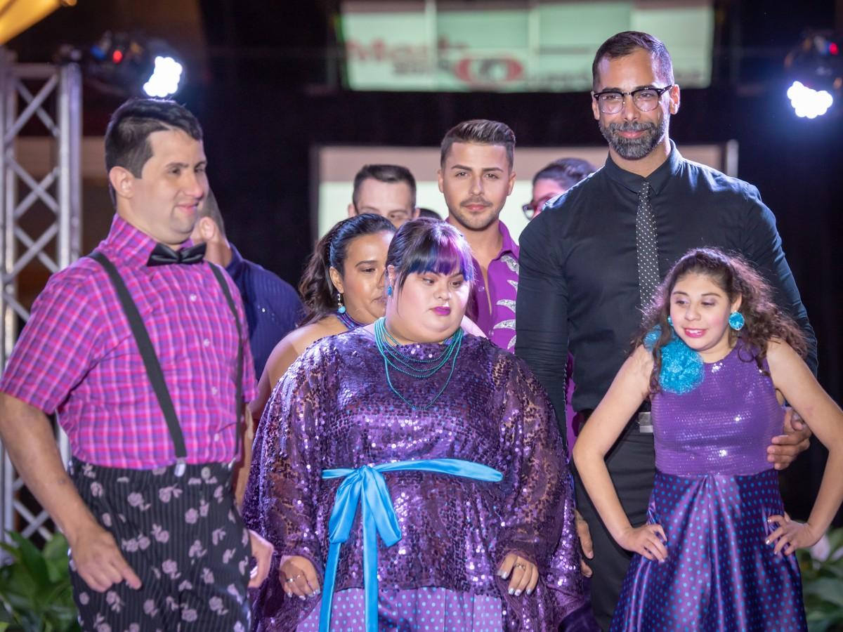 Un evento que muestra de moda que celebra la diversidad