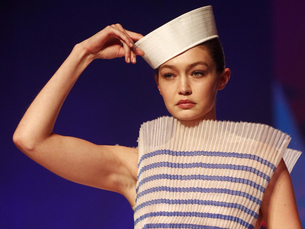 La camiseta marinera es una pieza con historia que sigue cautivando a las celebridades