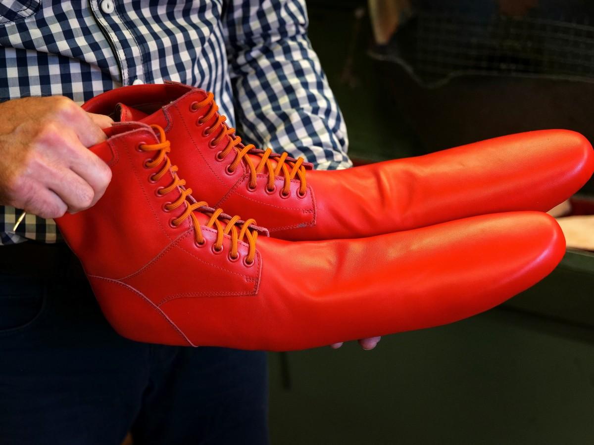 """Conoce estos """"zapatos antivirus"""" que hacen cumplir con el distanciamiento social"""