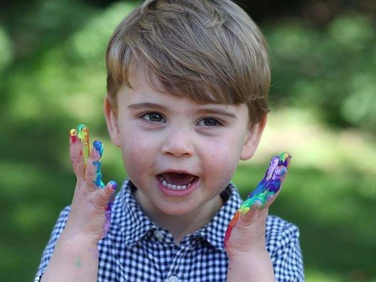 Comparten tiernas fotos del príncipe Louis para celebrar sus 2 años