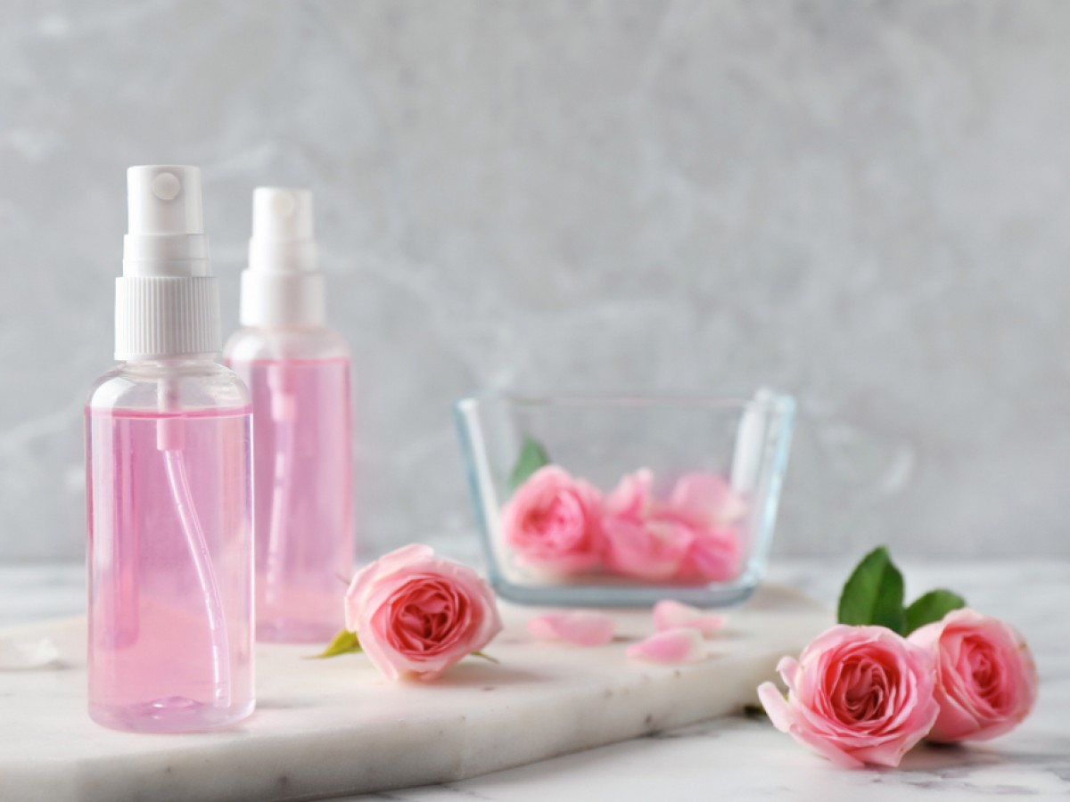 Conoce los beneficios del agua de rosas y cómo prepararla en casa