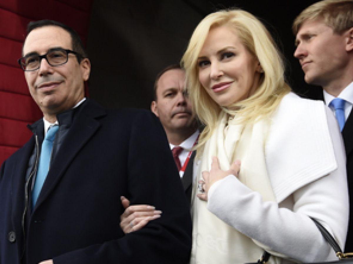 Critican a esposa del secretario Mnuchin por lujoso atuendo