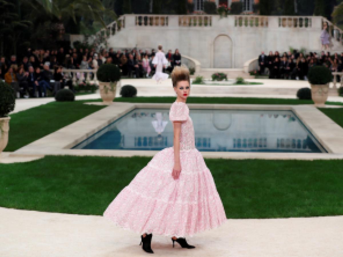 ec63f3eafd Chanel convierte un París nevado en una villa italiana para la Alta Costura