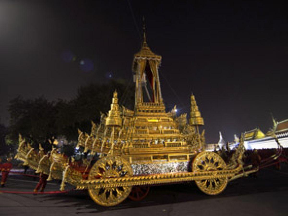 Tailandia despide restos del rey Bhumibol