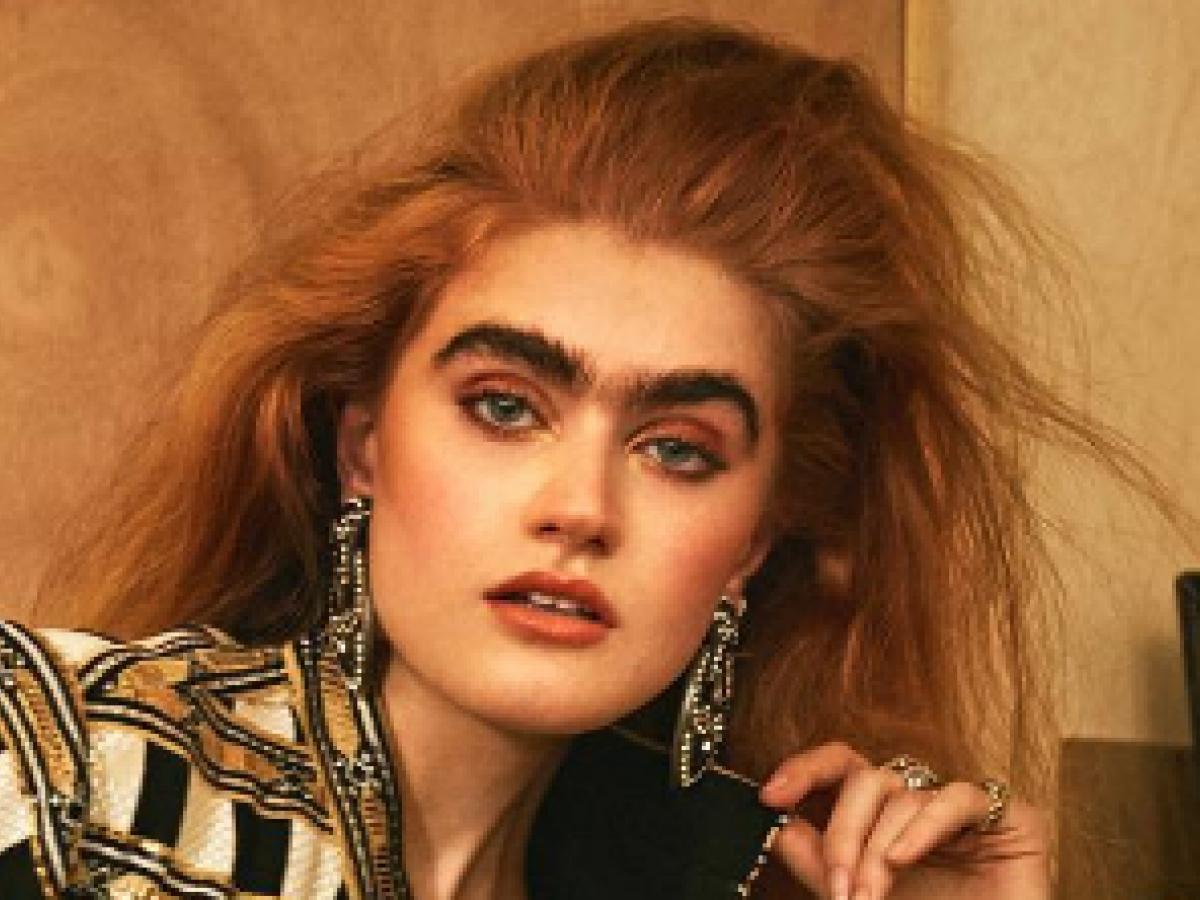 La modelo griega que rompe cánones de belleza con sus cejas