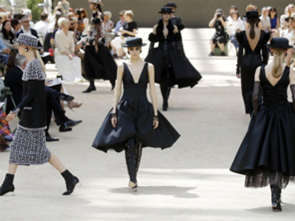 Karl Lagerfeld homenajea a París en su desfile