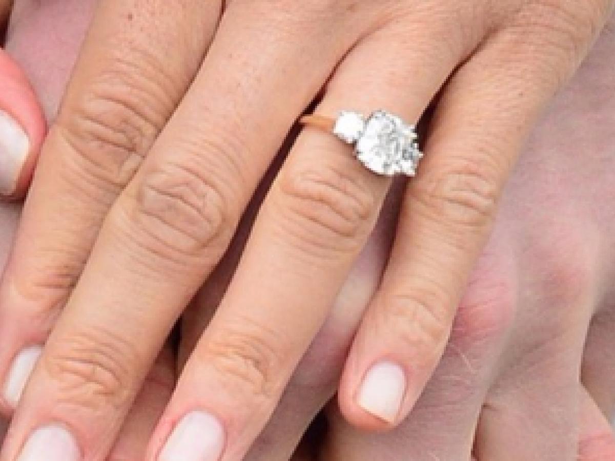 Réplica del anillo de compromiso de Meghan Markle se vende por unos $20