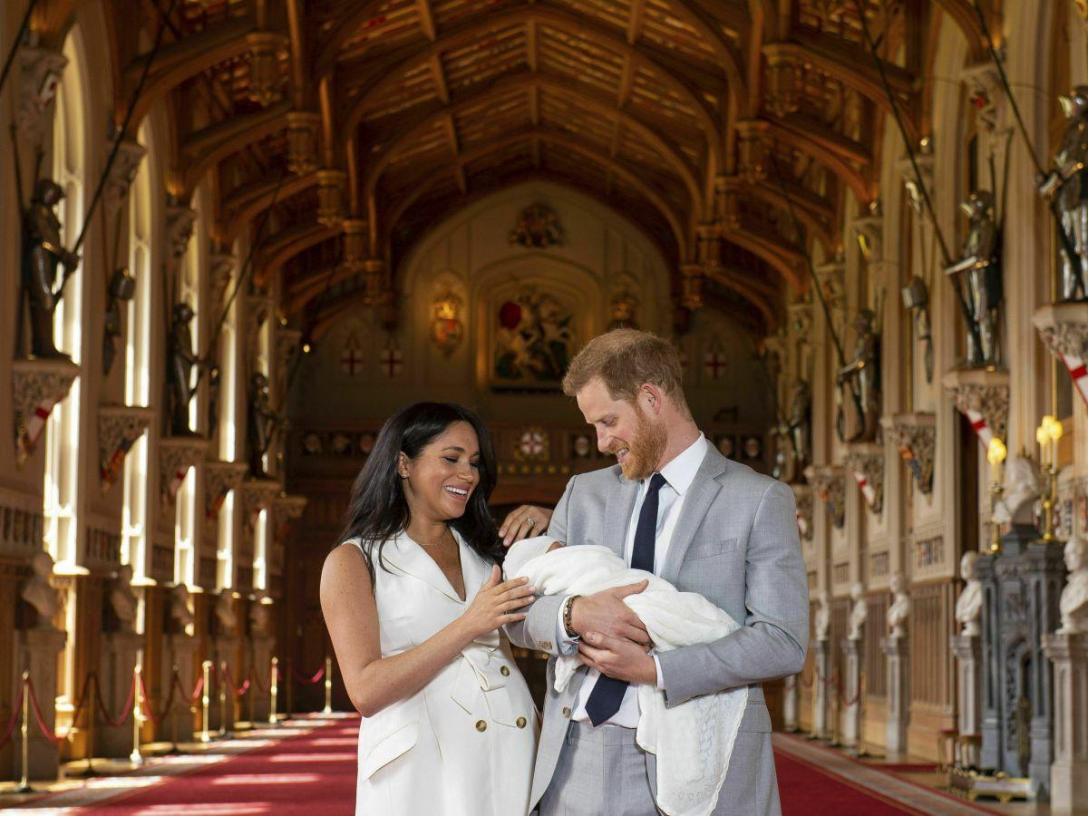 El príncipe Harry y Meghan presentan a su hijo