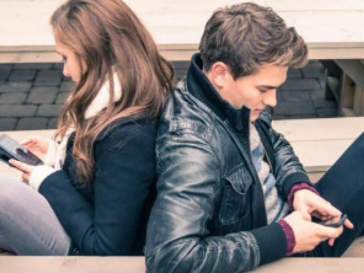 El celular empeora la relación de pareja
