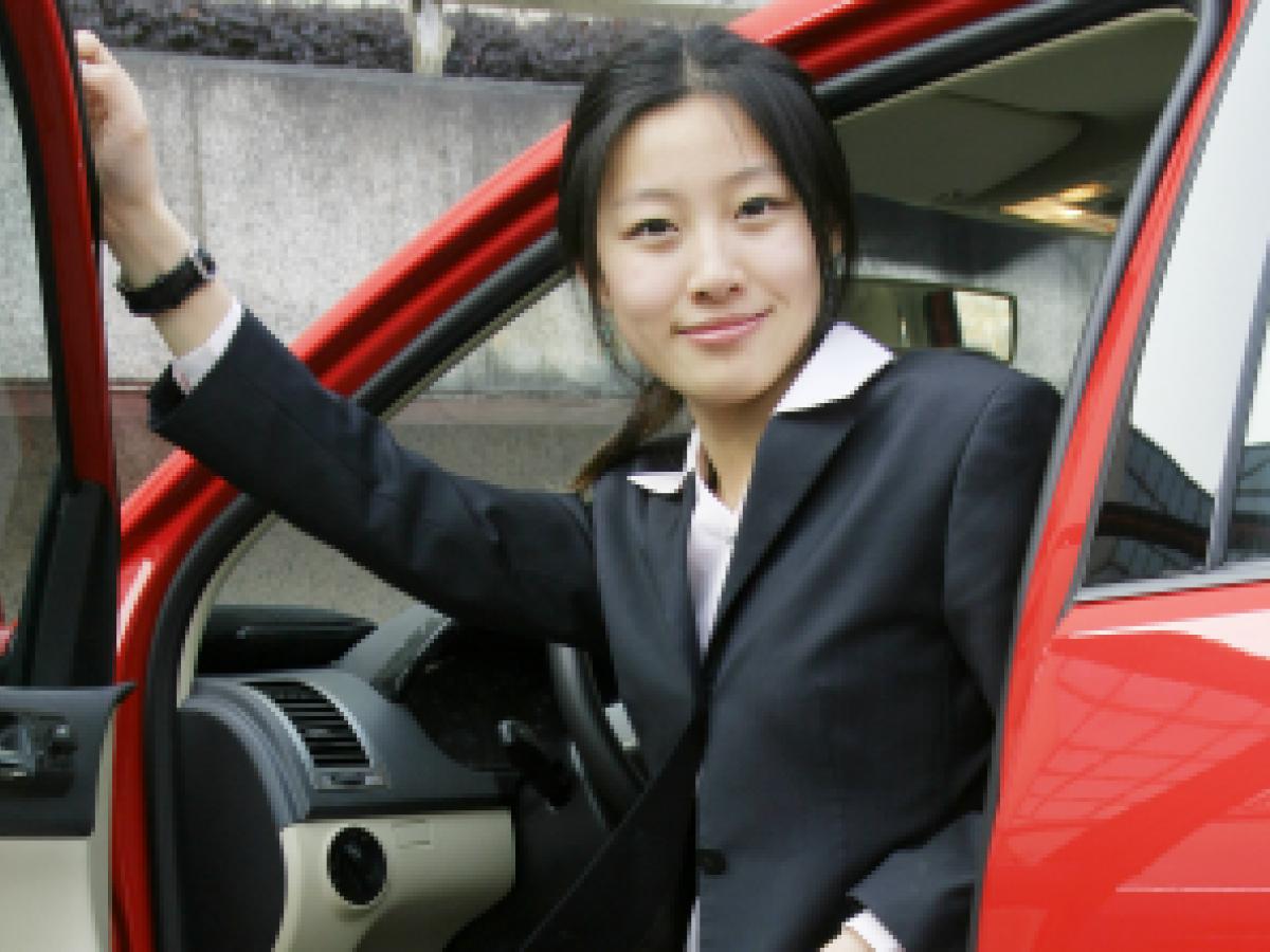 Manual de conducción para mujeres en Shanghái desaprueba el pelo suelto mientras manejan